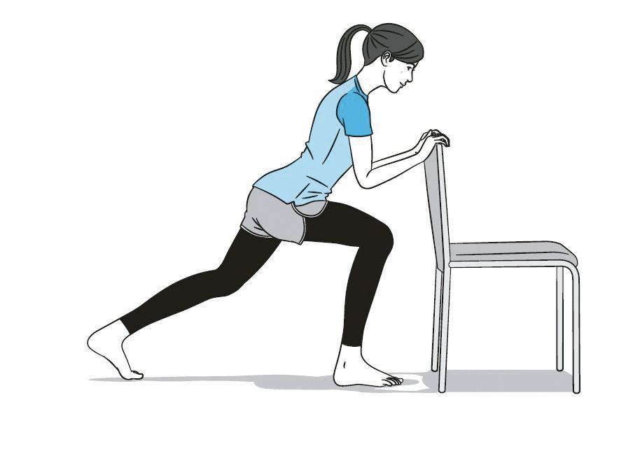 扶椅單腳深蹲1站在椅子後方,雙手放在椅背上。單腳往後跨一大步, 呈現前傾姿勢...