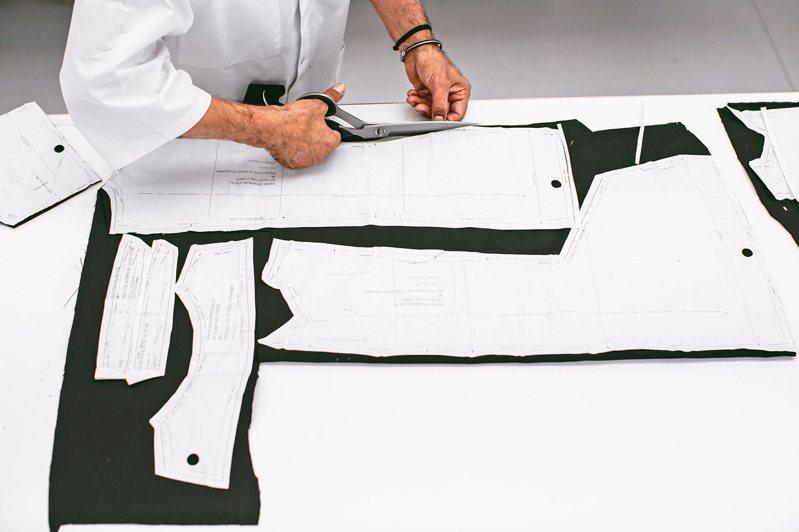 Bar Jacket展現品牌做工和剪裁的獨特。 圖/DIOR提供