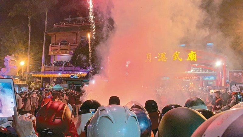 台南鹽水武廟蜂炮昨晚啟炮,遊客體驗萬炮齊發的震撼。 記者吳淑玲/攝影