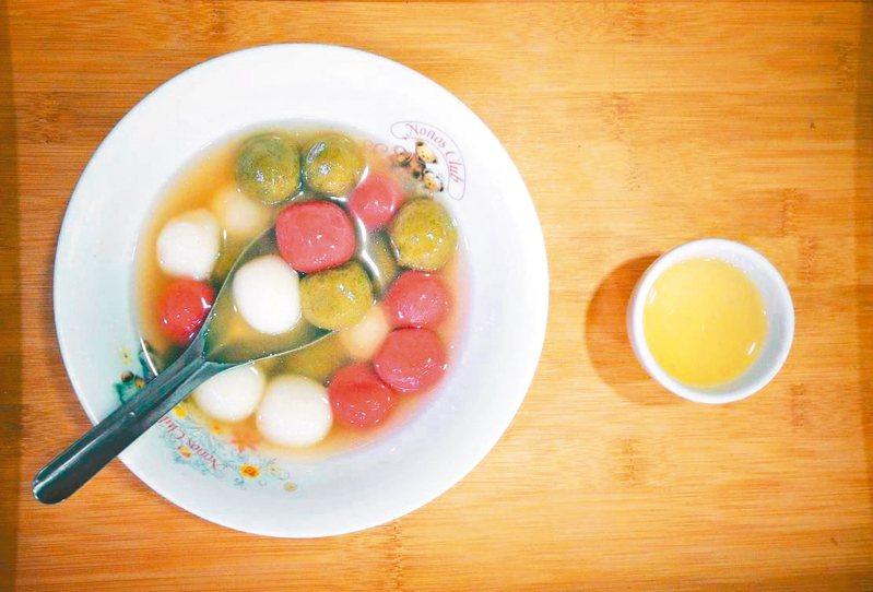 新北坪林德志茶園老闆鐘晨瑞用茶結合湯圓。 圖/新北市農業局提供