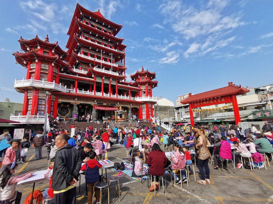 嘉義九華山地藏庵昨天舉辦元宵親子寫生活動,許多家長帶著小朋友到場寫生,享受藍天白雲、溫暖陽光。記者卜敏正/攝影
