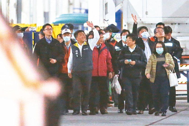衛福部長陳時中(中)下船時向旅客揮手致意。 記者葉信菉/攝影