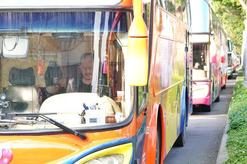 疫情升高,觀光旅遊業者受衝擊。圖為中正紀念堂周邊遊覽車司機等待接送旅客。圖/聯合報系資料照片
