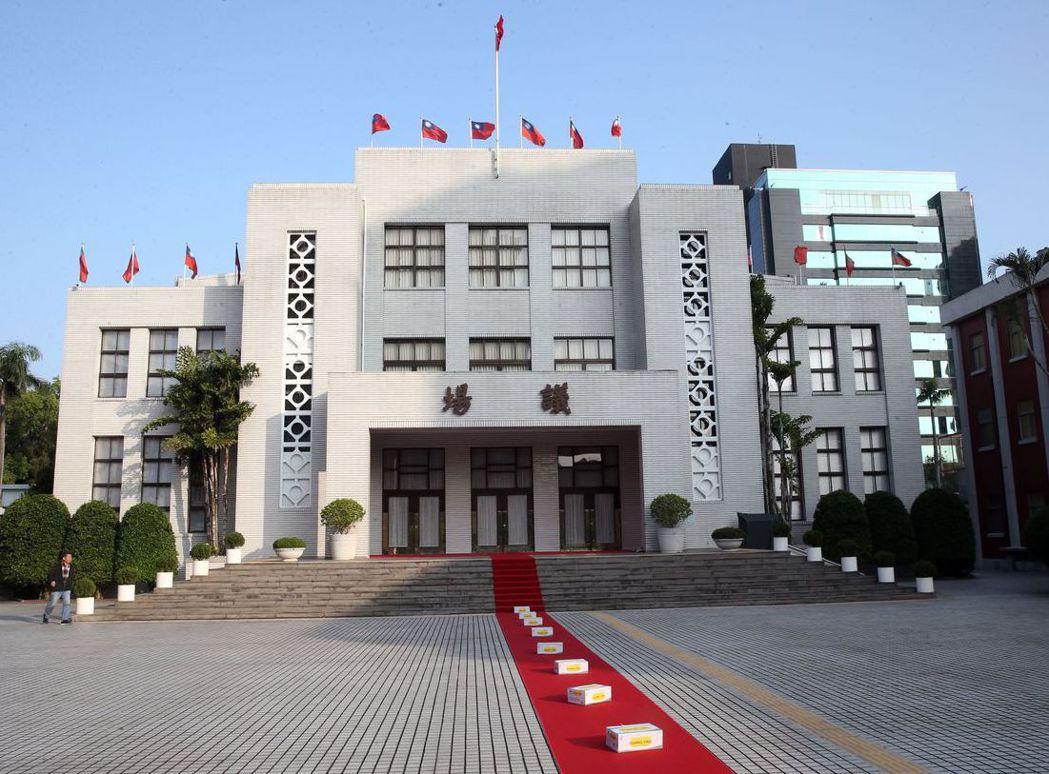 立委應是台灣政壇上最愛算命的一群人。圖為立法院議場外觀。 圖/聯合報系資料照片