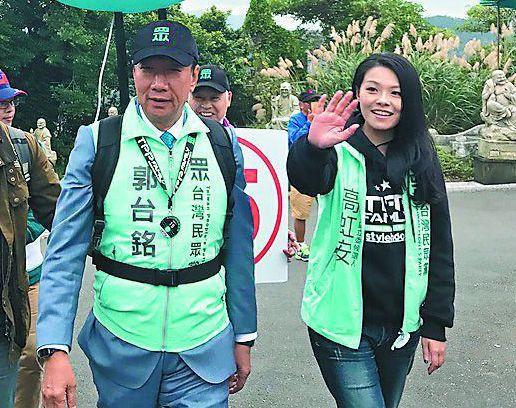 高虹安(右)進軍立院後,郭台銘(左)派御用風水師來辦公室丈量一番。 圖/聯合報系...