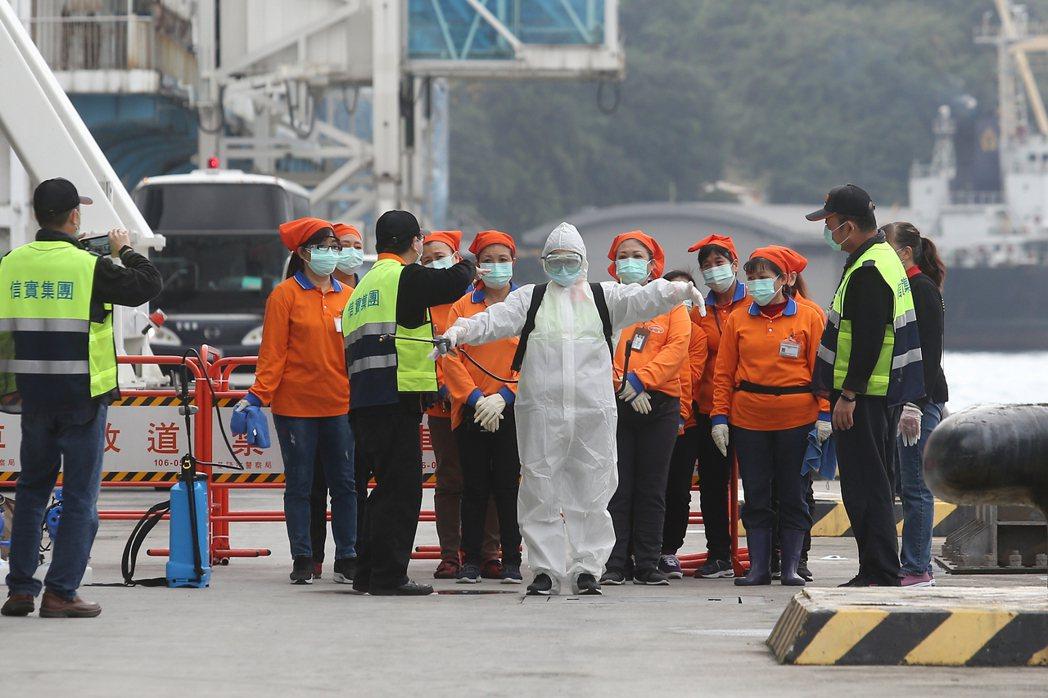 寶瓶星號昨午抵達基隆港,消毒人員著裝準備登船進行消毒工作。記者季相儒/攝影