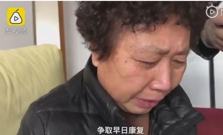 新冠肺炎「吹哨人」醫師李文亮病逝,李文亮母親哭訴,「20多天以前他的病情基本是穩定的,也能下床,還能吃飯,突然就這兩天惡化就這樣了。」 圖/摘自梨視頻