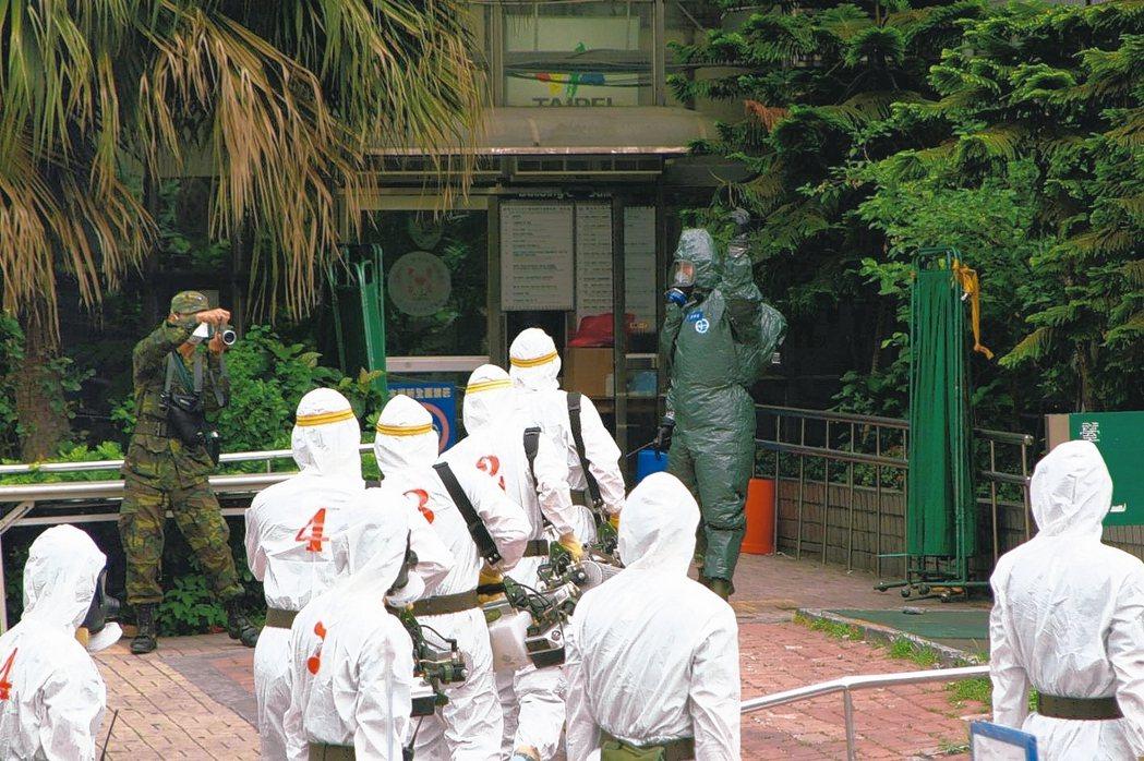 2003年陸軍化學兵進入和平醫院,進行消毒任務。 本報資料照片