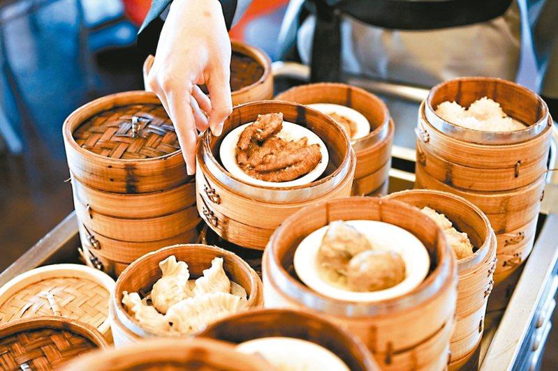 六福客棧金鳳廳推出「推車港點吃到飽」活動,每人只要499元+10%。 圖/台北六福客棧提供