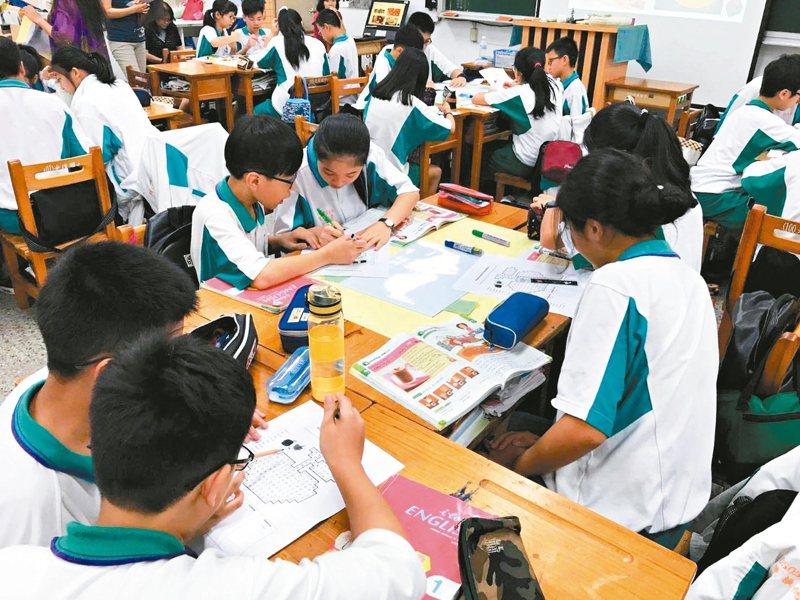 為協助原在中港澳就讀學子升學不中斷,新北市政府採「先安置後補件」確保其就學權益。 圖/新北市政府提供