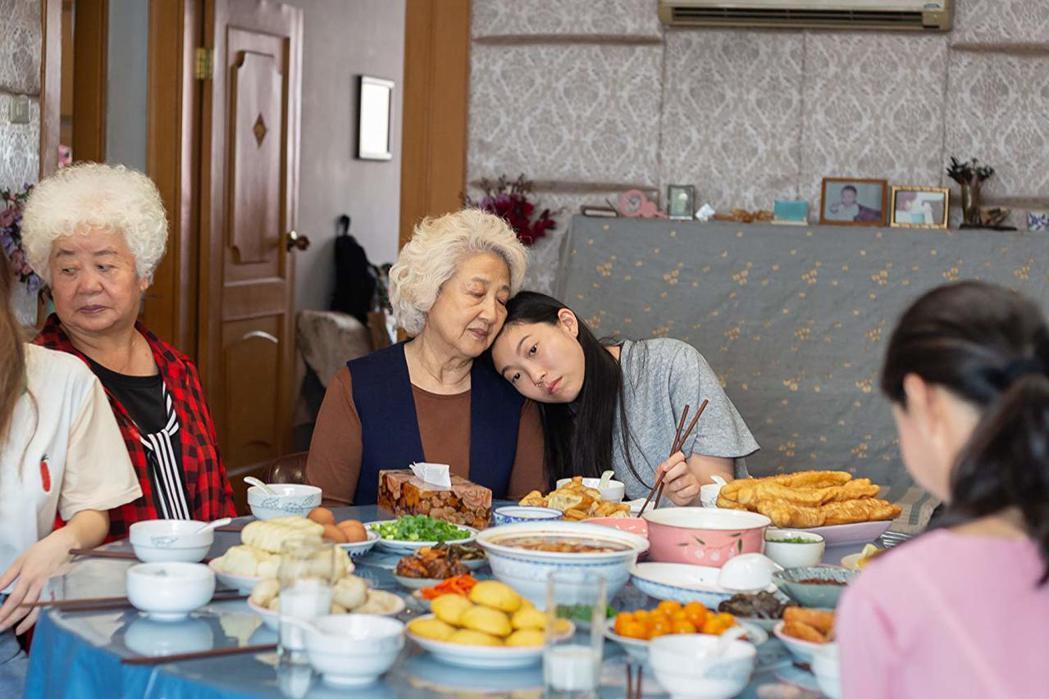 「別告訴她」趙淑珍與奧卡菲娜表演都得到影評稱讚,卻都無緣入圍奧斯卡獎。圖/摘自i