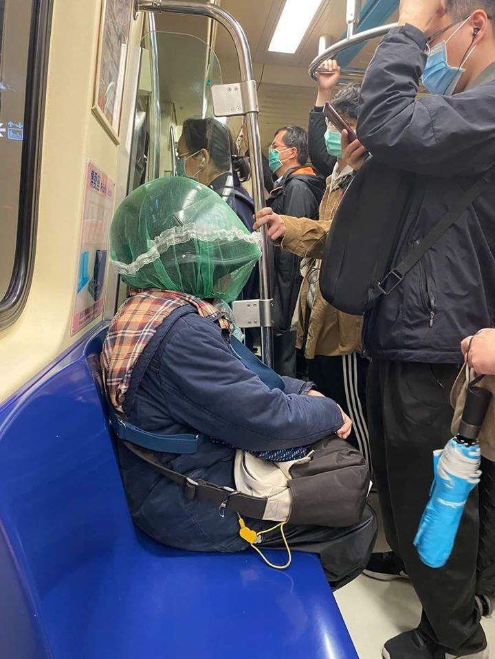 有民眾疑似買不到口罩,為防傳染因此戴安全帽搭捷運。圖擷自facebook