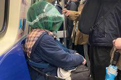 防武漢肺炎傳染搭捷運戴「全罩安全帽」網笑:準備搶銀行?