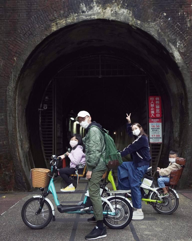 張少懷與老婆翁馨儀帶著兩個小孩出遊。 圖/擷自翁馨儀臉書
