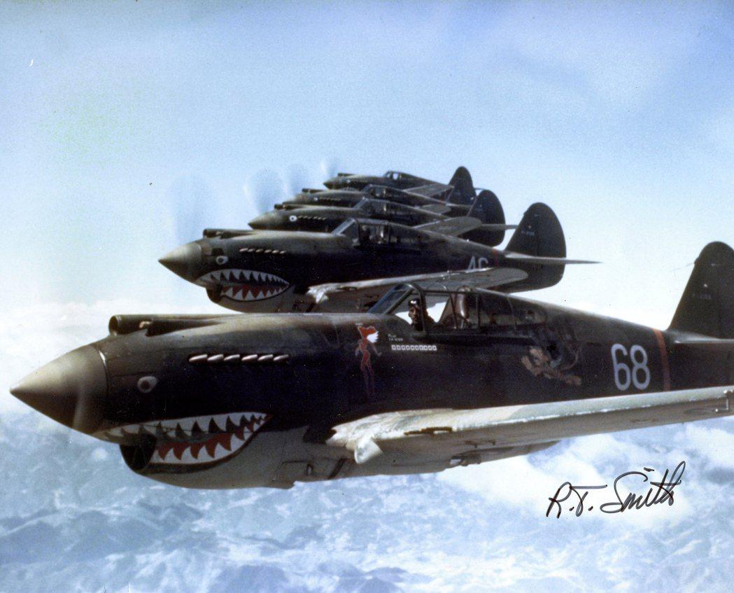 AVG第三中隊,座艙後方漆有飛虎圖案,前方則是中隊的「地獄天使」隊徽。 圖/維基...