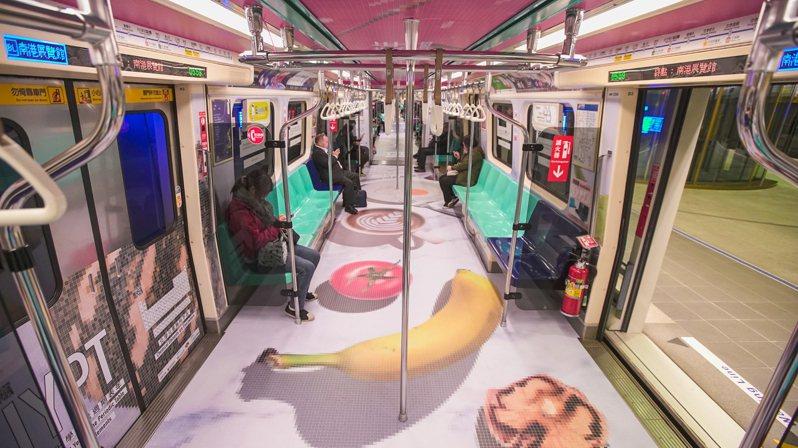 中國化學會在台北捷運車廂展示有關化學元素的科普知識。圖/邱美虹提供