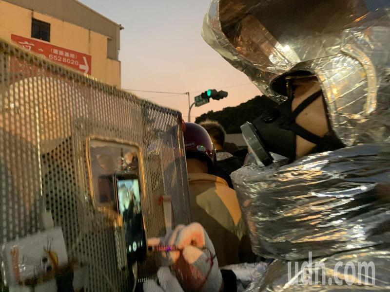 台南鹽水蜂炮防護裝備不可少,也出現不少超狂創意,有人全身裹得像太空人,躲在保護盾牌板後方拍照紀錄。記者吳淑玲/攝影