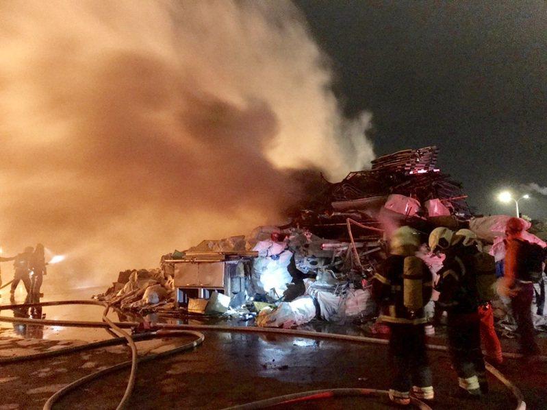 大園區許厝港路一家資源回收廠清晨大火,大量堆置廢棄物延燒鐵皮屋,大火夾雜濃煙火勢猛烈,幸無人受困。記者曾增勳/翻攝