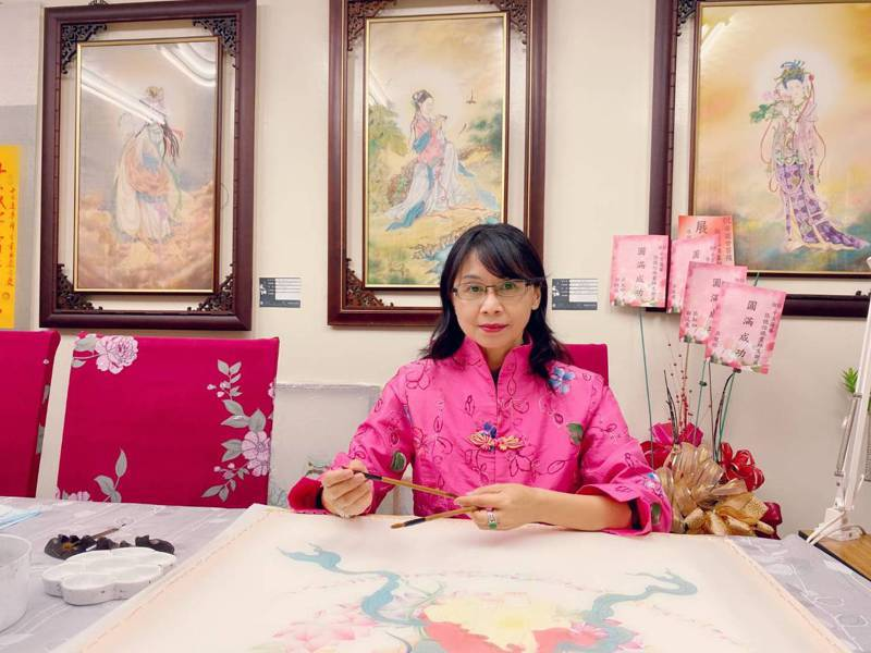畫家張德怡說,希望藉由畫出慈眉善目的菩薩面貌,闡述佛學禪理,啟發人性善良本質。圖/張德怡提供