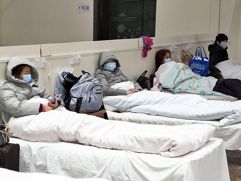 武漢首個方艙醫院開始收治病人。新華社
