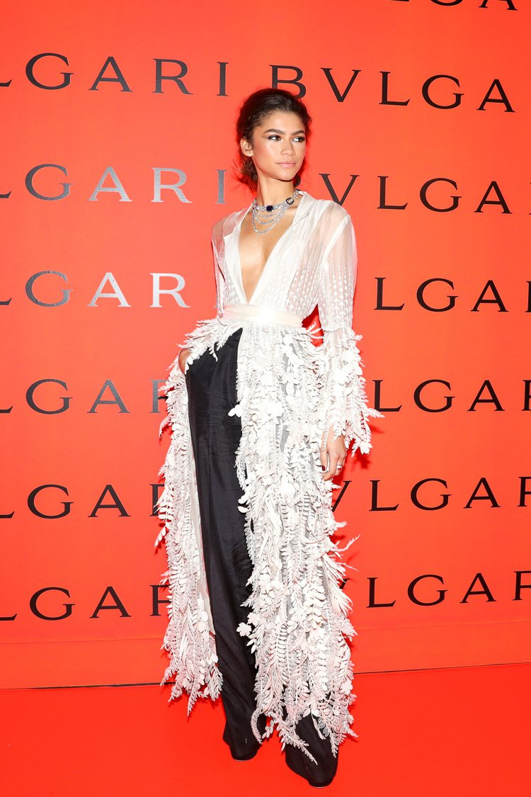 Zendaya特別以透視薄紗上衣搭配黑色褲裝,現身寶格麗B.zero1搖滾系列上...