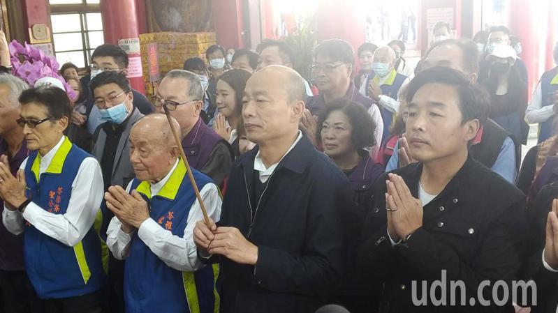 高雄市長韓國瑜(中)上午到苓雅區聖公媽廟參拜祈福。記者蔡孟妤/攝影