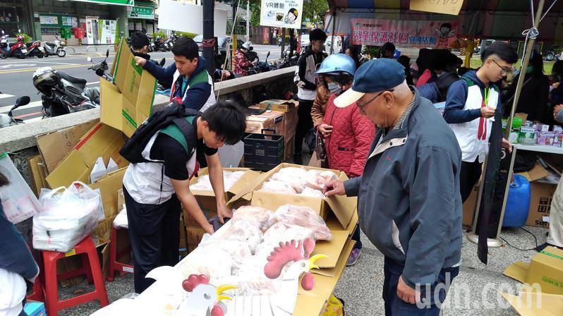 雲林家扶委員吳裕田贊助200新鮮全雞提供義賣,現場搶購不斷。記者李京昇/攝影