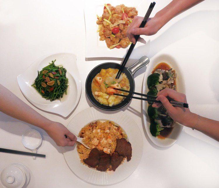 粵亮廣式料理主廚規劃的4人合菜外帶菜單,內含避風塘牛小排襯廣炒飯、白玉蒸青斑魚、...
