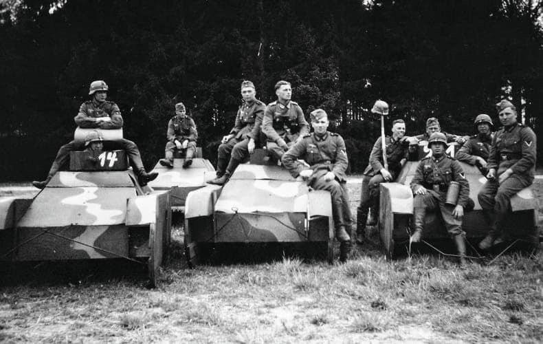 台海安全研究中心主任梅復興今貼文表示,二次大戰前,納粹德國秘密籌建裝甲部隊時也有段期間「有編無裝」,於是就先用假戰車,甚至木質道具等克難方式模擬訓練。圖/取自梅復興臉書網頁;來源:網路