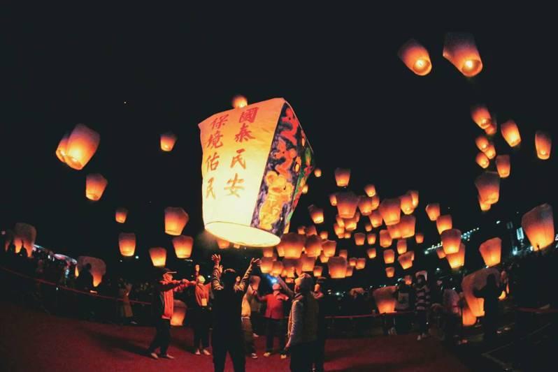 2020平溪天燈節第二場天燈活動昨晚落幕,合計超過1千5百盞天燈升空,吸引國內外遊客前往參與盛事。圖/新北觀旅局提供