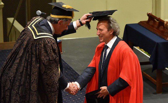 紐西蘭首富哈特(右)在紐西蘭奧塔哥大學取得工商管理碩士學位。圖/取自紐西蘭奧塔哥大學網站