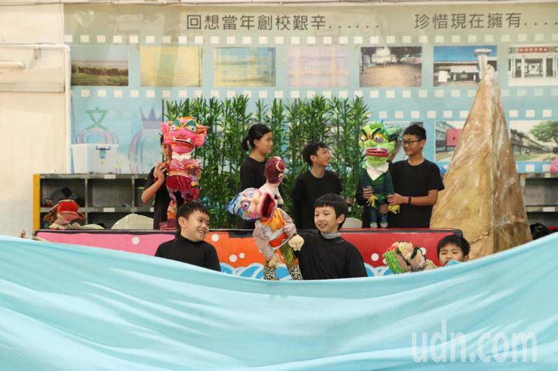 桃園文山國小創意偶團於寒假加緊練習「小女孩與大海妖」,將代表桃園市參加全國學生創意戲劇比賽。記者陳夢茹/攝影