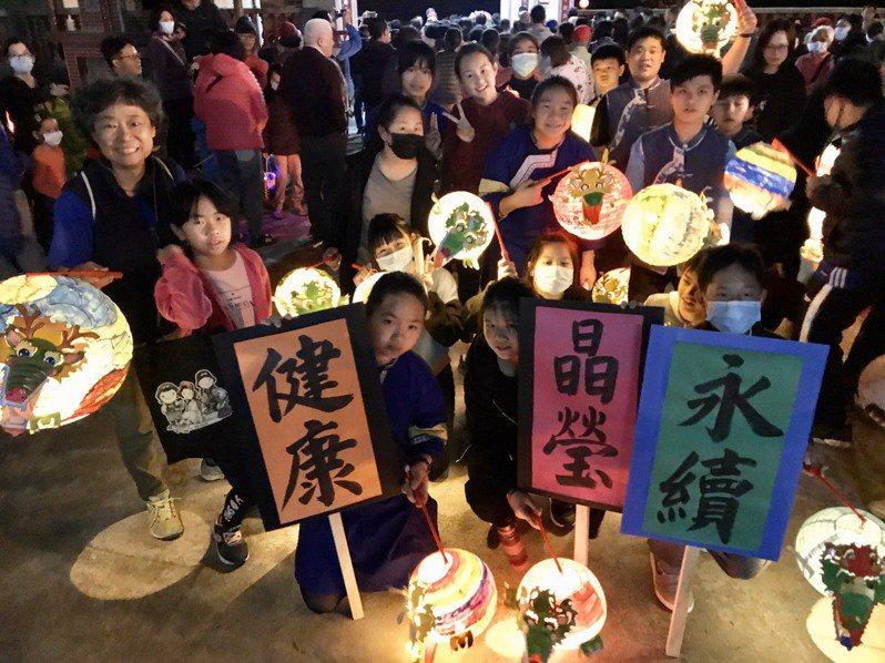 美濃龍肚庄學童帶著自製燈籠參加元宵遊庄活動。記者徐白櫻/翻攝