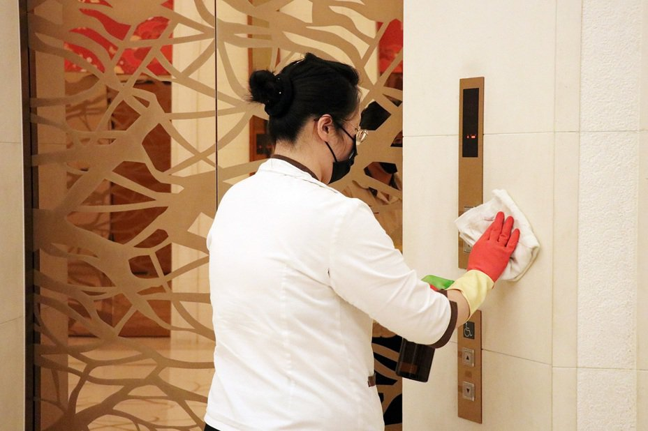 嘉義市府日前視察耐斯王子大飯店防疫狀況,業者在公共區域都仔細消毒。圖/嘉義市府提供