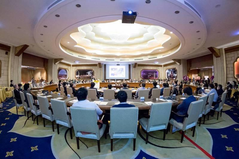 國際活體肝臟移植研究會首度在台灣舉辦第四屆世界大會,新接任會長的高雄長庚醫院名譽院長陳肇隆(前排右4)選擇在高雄佛光山佛陀紀念館舉行。   圖/高雄長庚醫院提供