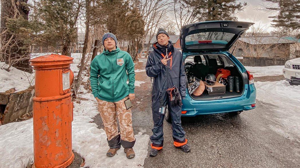 竇智孔(左)與小鬼結伴到日本滑雪。圖/竇智孔提供