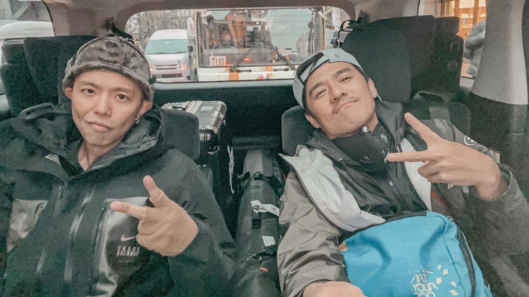 竇智孔(右)與小鬼到日本「單身漢之旅」。圖/竇智孔提供