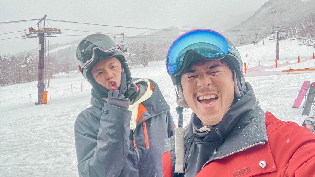 竇智孔(右)與小鬼結伴到日本滑雪。圖/竇智孔提供