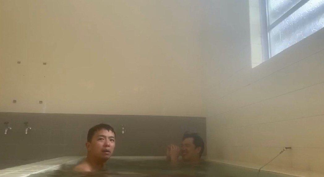 竇智孔(右)與小鬼在日本澡堂。圖/竇智孔提供