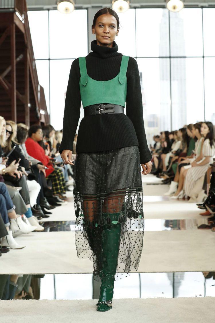 寬版吊帶化身短背心或連身洋裝,直身的A字線條更顯優雅。圖/Longchamp提供