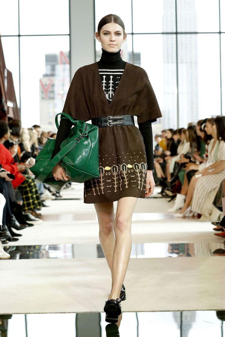 巨型Le Pliage包款以亮面漆皮材質呈現,更具備摩登前衛之感。圖/Longc...
