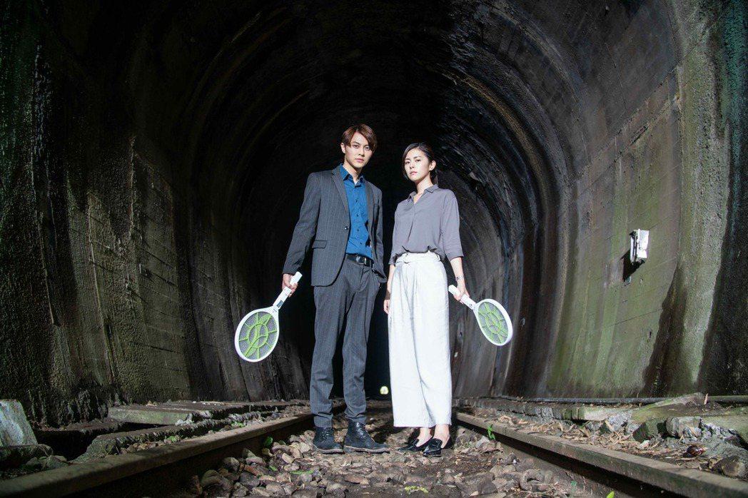 王子(左)、任容萱在隧道拿電蚊拍搞笑合照。圖/八大提供