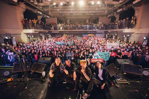 睽違3年,發行第5張創作專輯「無名英雄」的滅火器樂團,本週末分別從Legacy台中(2/7)一路唱回Legacy台北(2/8),兩場演出共吸引上千名樂迷到場,氣氛熱鬧。滅火器展現台灣魂,以專輯同名歌...