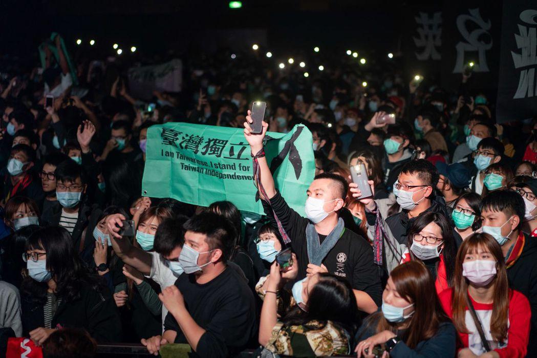 滅火器樂團開唱,粉絲高舉台灣獨立旗幟及戴口罩熱場。圖/火氣音樂提供