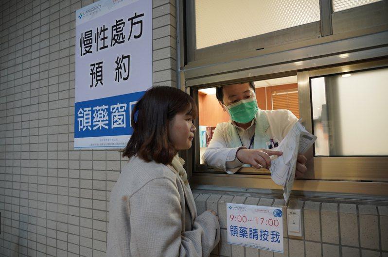 聯新國際醫院辦「慢箋預約領藥專屬窗口」,不必進醫院就能快速領慢性處方箋用藥。圖/聯新國際醫院提供