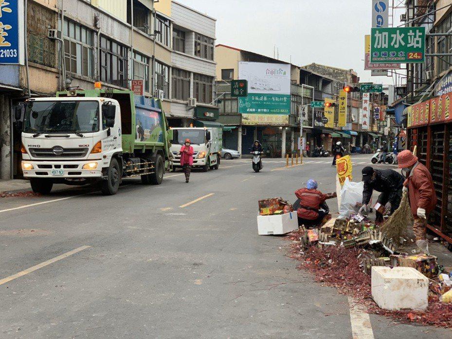 台南市環保局今天凌晨開始清理鹽水蜂炮的炮屑,數量驚人。圖/環保局提供