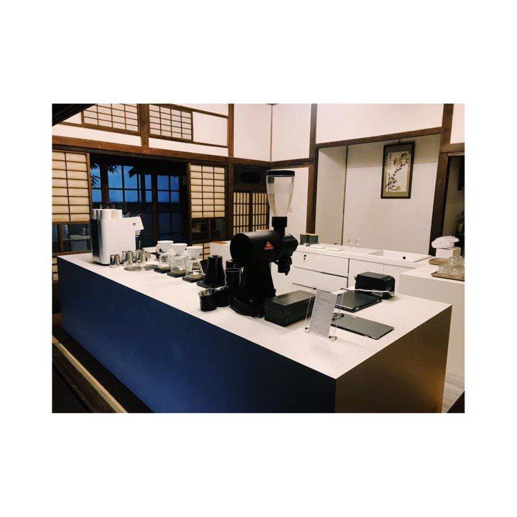 「VWI by CHADWANG」新竹店讓百年木造校長宿舍,飄著咖啡香及書香。圖...
