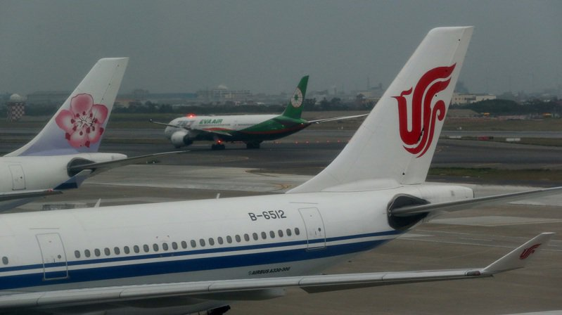 10日起兩岸直航班機僅剩北京首都、上海浦東、上海虹橋、成都雙流、廈門高崎等5個航點飛航。圖為中國國際航空公司從上海浦東機場起飛的航機,9日降落後停放在桃園機場停機坪。記者陳嘉寧/攝影