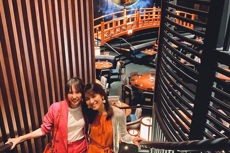 新加坡歌手潘嘉麗(Kelly)、曾詠熙(Teresa)私下是好閨蜜,兩人趁著農曆新年在相約聚會,還前往全新開幕的「Koma」餐廳用餐談心,位於金沙百貨中的「Koma」日本料理內部裝潢非常「浮誇」,K...