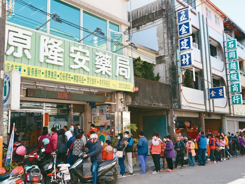 台中市石岡區唯一的健保藥局,周日一早清晨5點就有人等買口罩。 圖/讀者提供